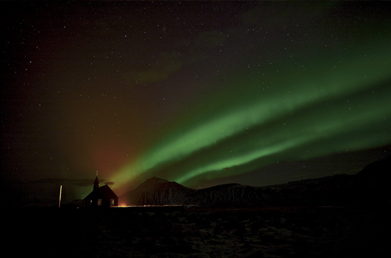 aurora-over-church-wallpaper
